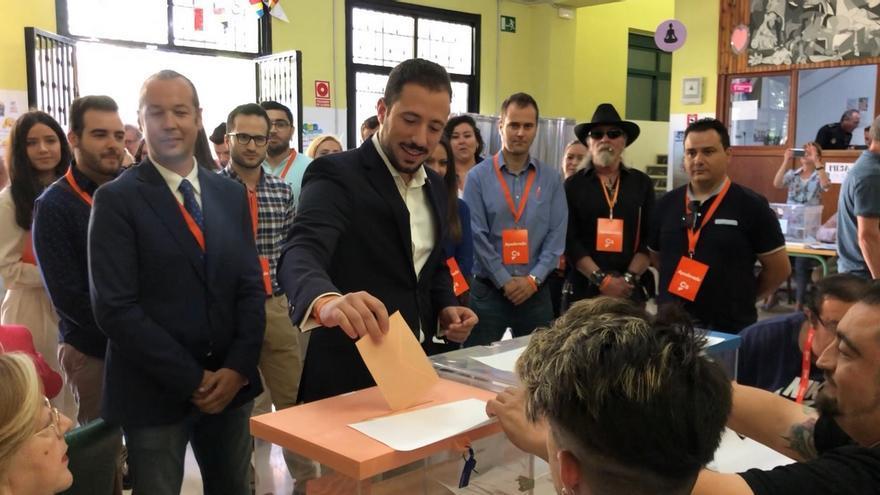 El candidato a la alcadía del municipio de Lorca (Murcia) por Ciudadanos, Francisco Morales, votando esta mañana junto a su padre