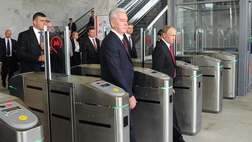 Putin se da un baño de masas en la Plaza Roja en plena campaña electoral