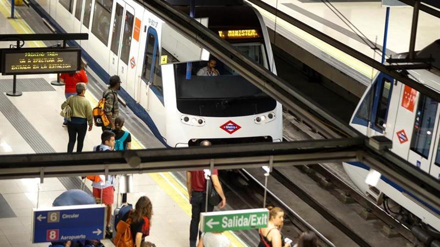 Metro de Madrid instalará 2.200 cargadores para móviles en sus estaciones