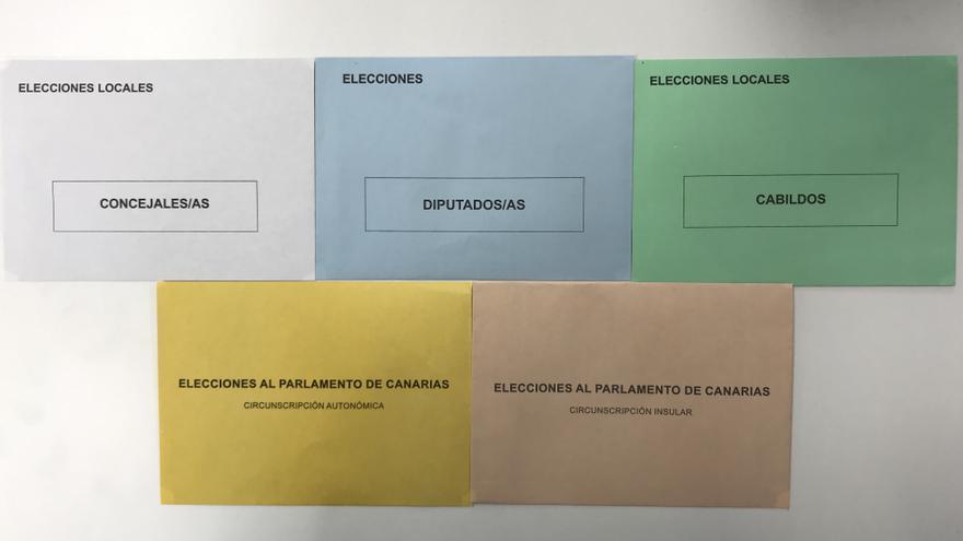 Los cinco sobres con los que los canarios y canarias elegirán a sus representantes el próximo 26 de mayo.