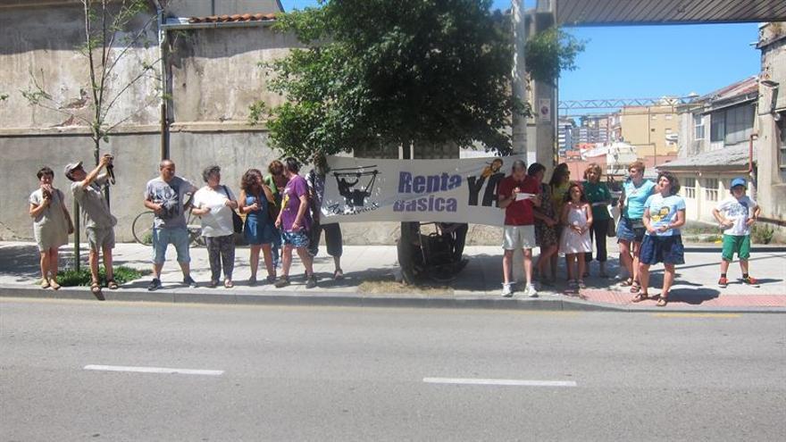 Los miembros del colectivo Andarivel se han concentrado frente al Parlamento de Cantabria.