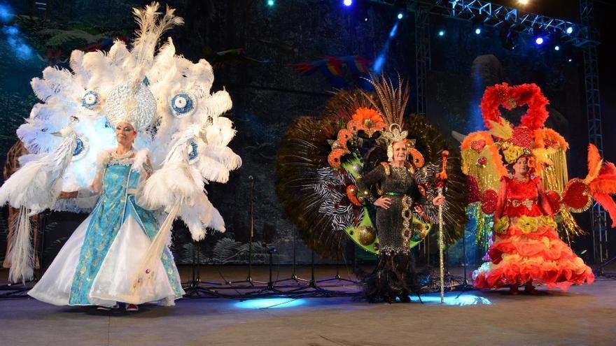 Lupe Ventura Acosta, 'Gran Dama' del Carnaval de Los Llanos,  con María Ángeles Domínguez Hernández, primera dama, y Cliceria Ramos Brito, segunda dama.