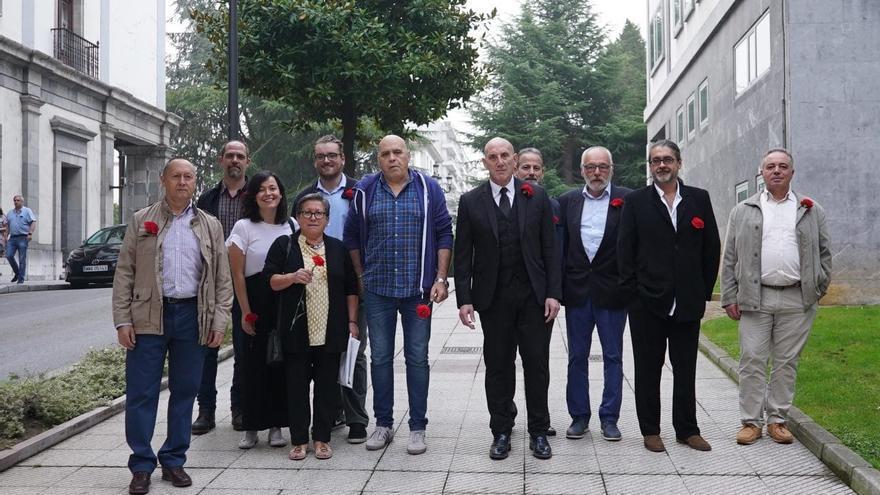 Los once manifestantes en el día del juicio por la protesta laboral que hicieron en el Hotel de la Reconquista de Oviedo.
