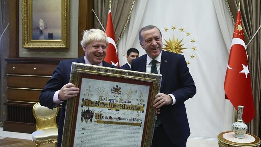 Erdogan regala a Boris Johnson una réplica de una carta otomana