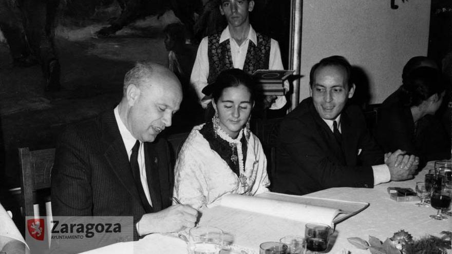 José Galindo Antón, primero por la izquierda, fue el alcalde que primero tomo posesión tras las primeras elecciones municipales de la Transición