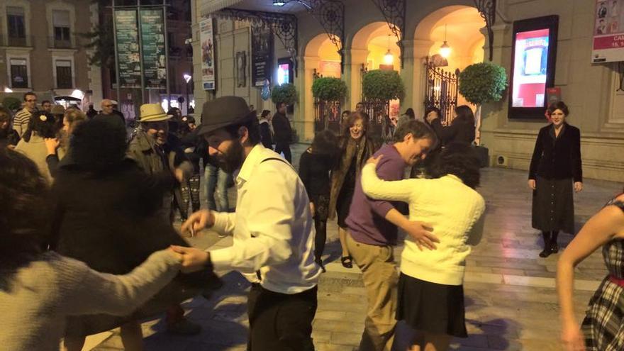 Clandestino de swing en la plaza de Romea/ Joaquín P. V.
