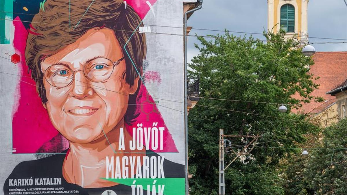 Un mural de Katalin Kariko en la pared de unos apartamentos en Budapest, Hungría.