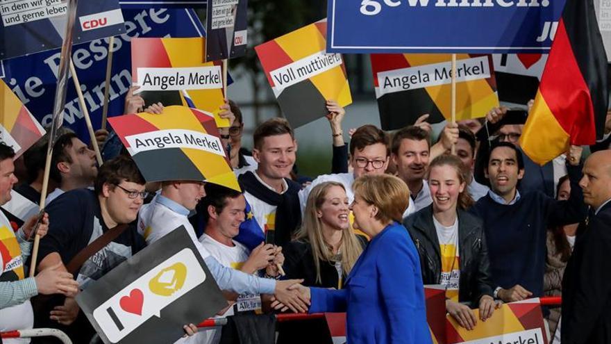 Merkel defiende la apertura a los refugiados frente a los reproches de Schulz
