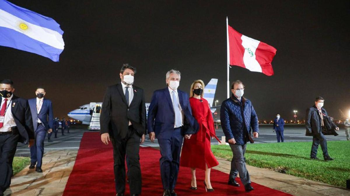 El presidente Alberto Fernández fue recibido junto a la comitiva oficial en la ciudad de Lima por el embajador argentino en Perú, Enrique Vaca Narvaja.