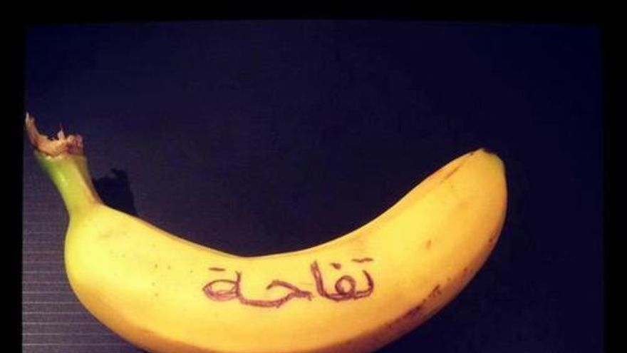 """""""Esto es una manzana"""", imagen que parodia al canal estatal sirio Addunia. Compartida en Facebook"""