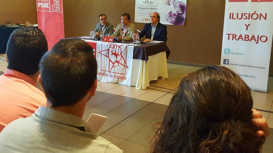 Jornadas juveniles de formación socialista Margarita Nelken, con desde la izquierda, Gallardo, Fernández Vara y Gabilondo