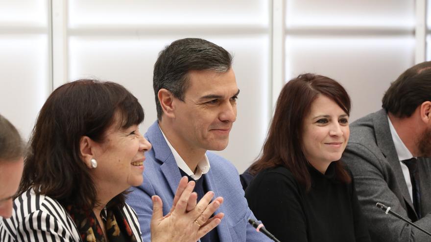 Cristina Narbona, Pedro Sánchez y Adriana Lastra en la reunión de la Ejecutiva del PSOE.