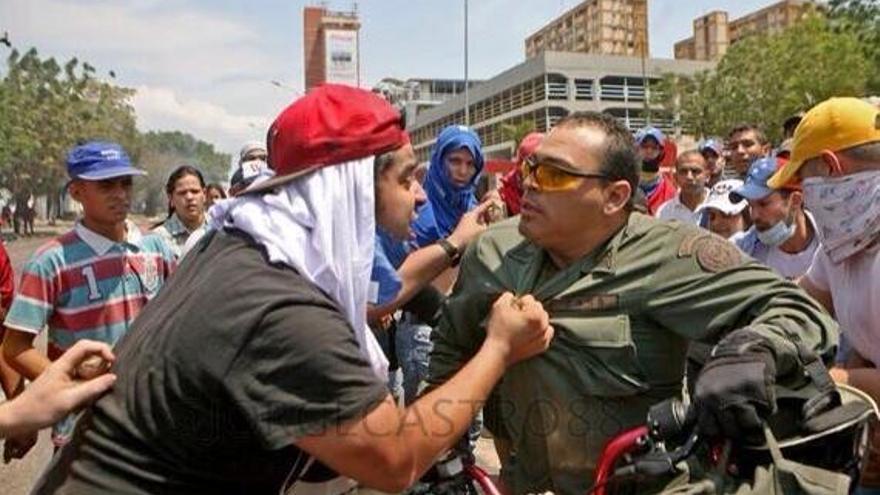 Manifestante contra policía.