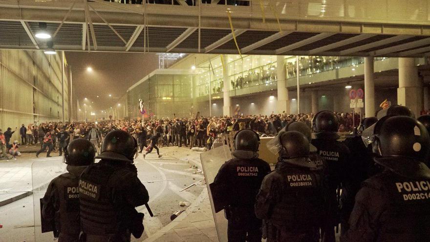 Manifestantes frente a los Mossos en el Aeropuerto del Prat