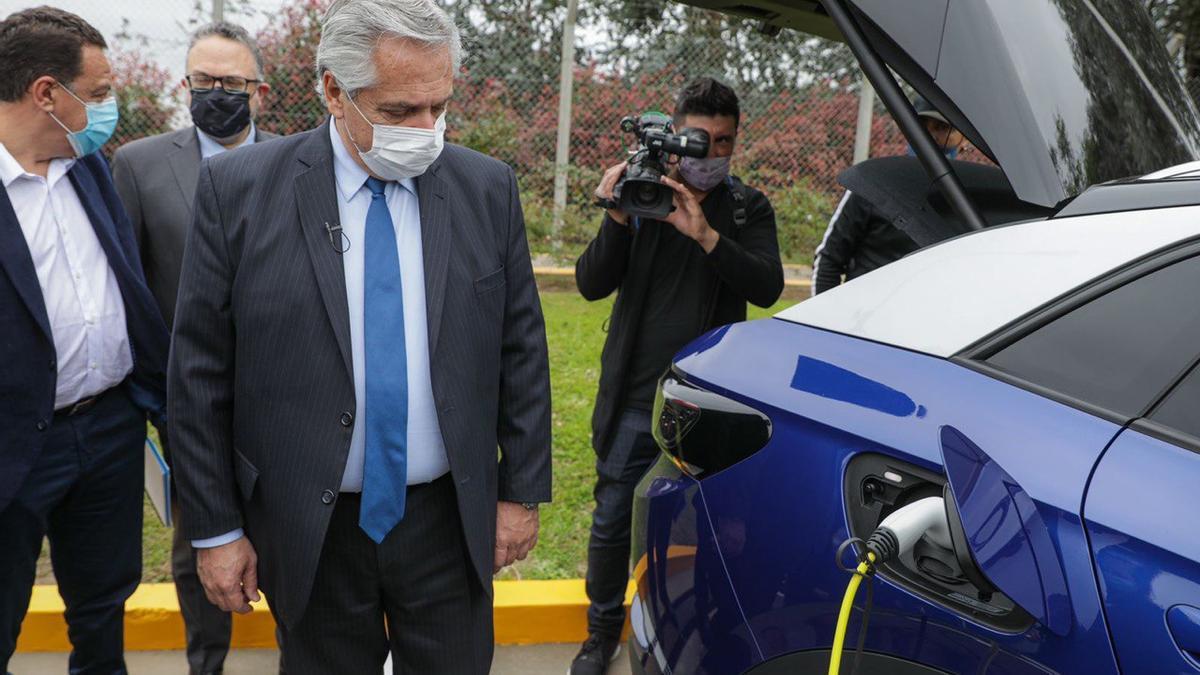 El presidente Alberto Fernández, en la planta de Toyota, este martes 12 de octubre de 2021.