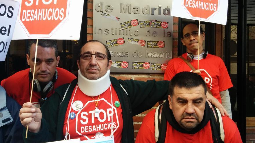 Luis, el segundo a la izquierda, está inmerso en un proceso de ejecución hipotecaria. / L.O.