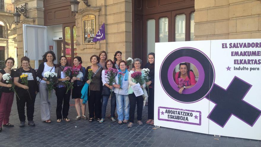 Mujeres de la Plataforma Feminista de Bizkaia, poco antes de la concentración de Bilbao.