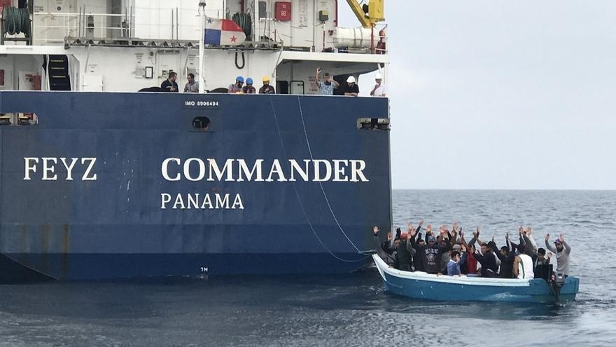 Rescatados 33 inmigrantes, dos de ellos menores, en una patera a 17 millas de Barbate