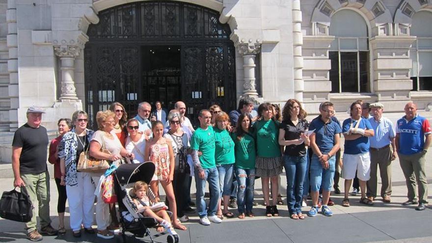 Miembros de la Plataforma de Vecinos del Pilón frente al Ayuntamiento de Santander.
