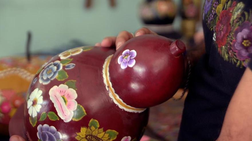 La milenaria técnica de la laca que vive en manos de mujeres mexicanas