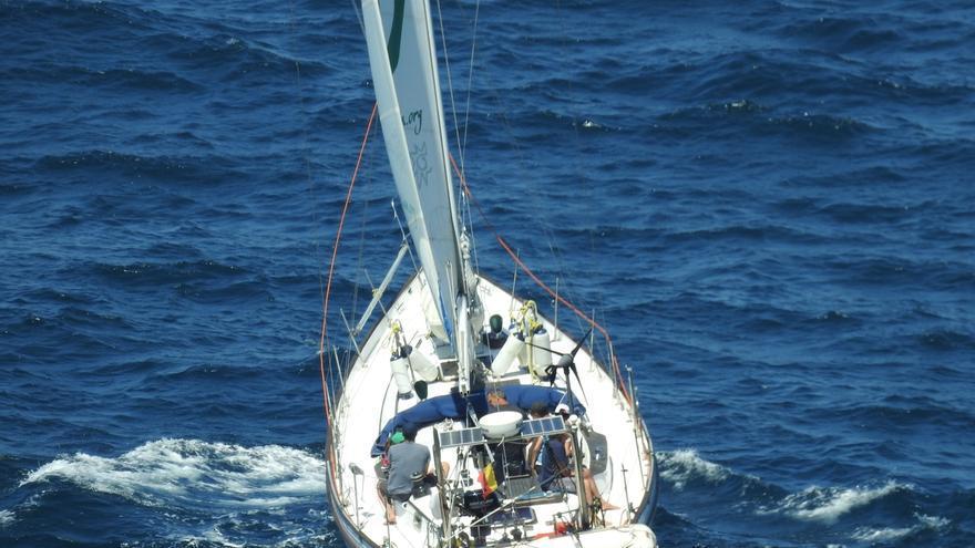 El velero de Ecologistas en Acción apoyará mañana en Santander una protesta contra la política migratoria de la UE
