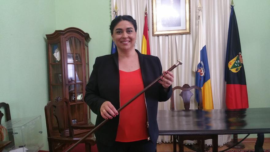 Nieves María Rodríguez tras ser proclamada alcaldesa de Fuencaliente. Foto: LUZ RODRÍGUEZ.