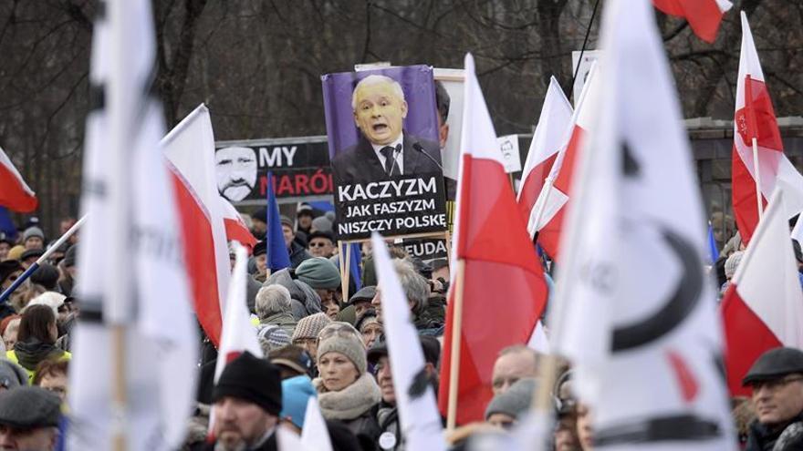 """Miles de manifestantes en """"defensa"""" de Walesa y de la democracia en Polonia"""