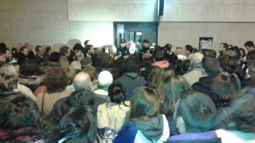 Personas intentando entrar en el Ayuntamiento de Alcazar el martes por la noche // Izquierda Unida Alcázar