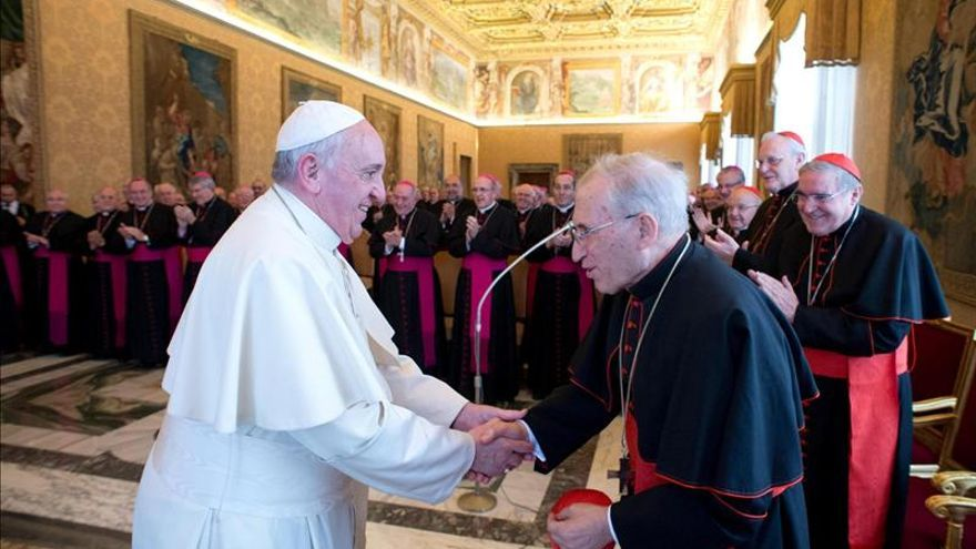 """El papa Francisco saludando al cardenal arzobispo de Madrid, Antonio María Rouco Varela (dcha), durante la visita """"Ad Limina"""" el 3 de marzo del 2014. EFE"""