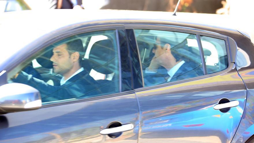 José Manuel Soria dentro del coche policial, a su salida de la Ciudad de la Justicia de Las Palmas de Gran Canaria. (ALEJANDRO RAMOS)