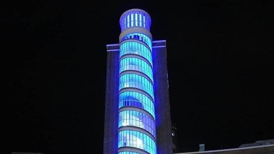 El hospital de Cruces, iluminado de azul en homenaje a los sanitarios
