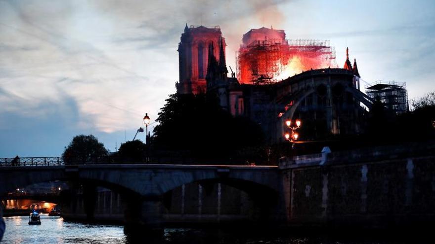 Vista general del incendio que consume el techo de la catedral de Notre-Dame este lunes, en París (Francia). / EFE