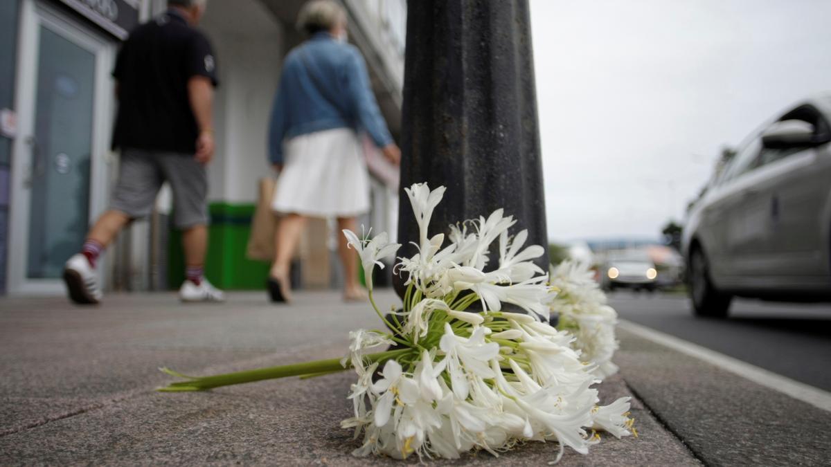 Flores en el lugar donde se produjo el ataque contra Samuel Luiz Muñiz.