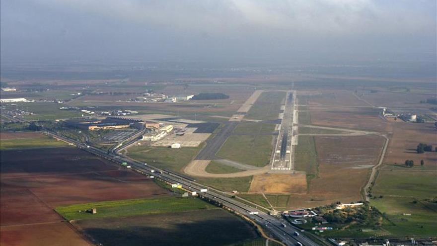 Un avión no comercial cae a una milla del aeropuerto de Sevilla