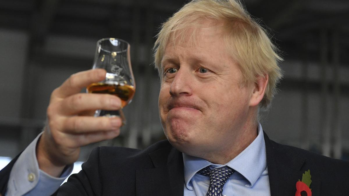 El primer ministro británico, Boris Johnson, prueba whisky durante una visita de campaña electoral general a la destilería Roseisle de Diageo cerca de Elgin, Escocia, Gran Bretaña, 7 de noviembre de 2019.