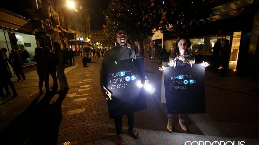 Protesta de los comerciantes por la falta de iluminación   ÁLEX GALLEGOS