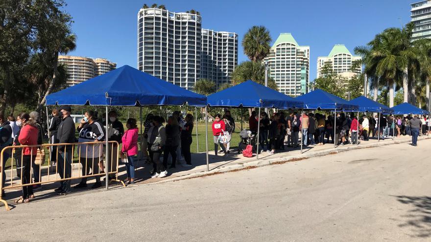 Miles de personas hacen fila desde la madrugada en Miami para recibir ayuda
