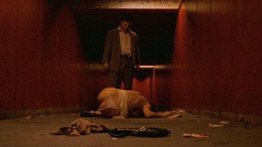 Un fotograma de la película Irreversible (2002), el la que la protagonista sufre una violación en un pasillo del metro.