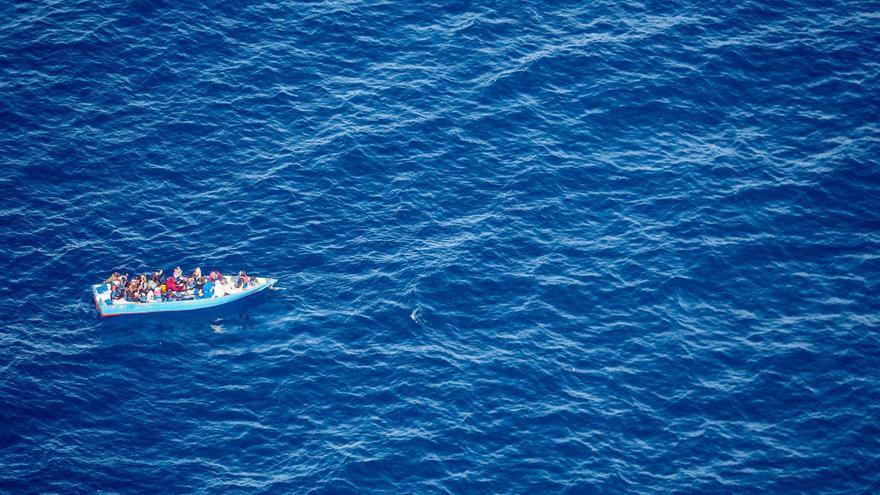 La barca en peligro que fue ignorada duranate 14 horas por Libia, Italia y barcos mercantes a pesar de estar localizada.
