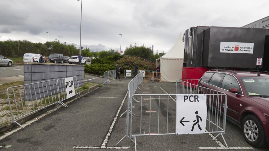Varios carteles indican la dirección para someterse a un test PCR en un dispositivo de vacunación contra el Covid-19 con la vacuna de Janssen, a 22 de abril de 2021, en Pamplona, Navarra (España).