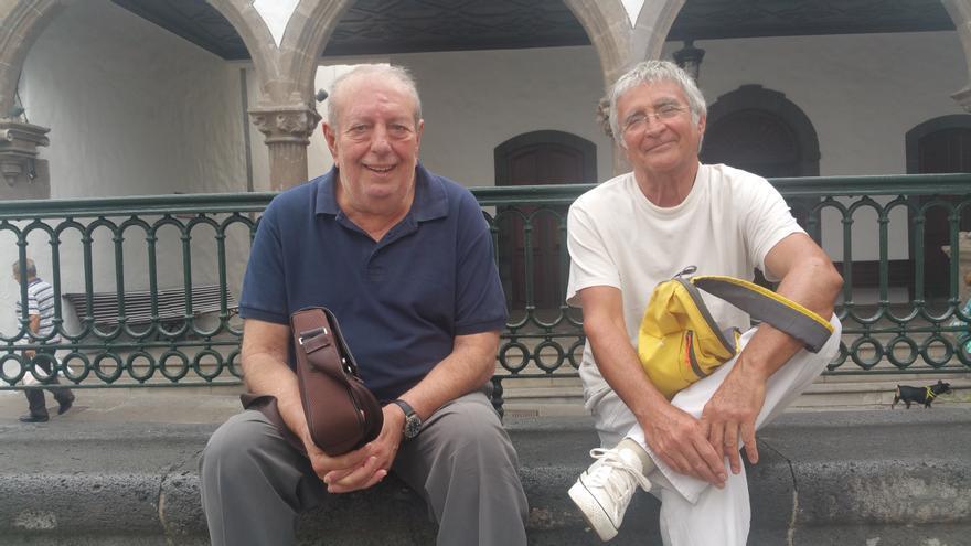 El poeta Francisco Viña (d) y viñetista Paco Guimerá. Foto: LUZ RODRÍGUEZ.
