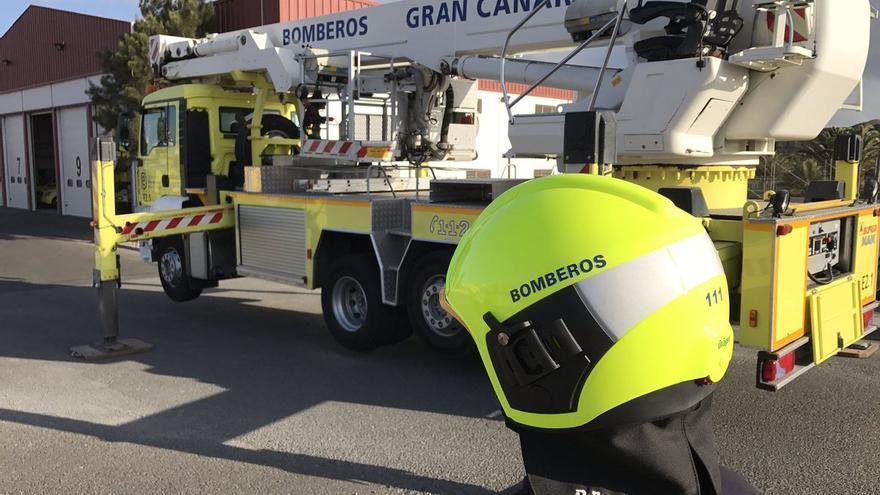 Un trabajador y un camión de Bomberos de Gran Canaria
