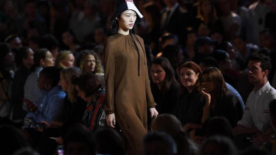 Prada juega con la simplicidad y la elegancia en la Moda de Milán