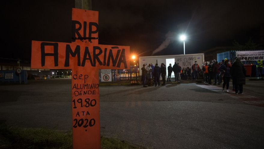 Empleados de Alcoa levantan una cruz durante la manifestación convocada frente a la fábrica contra el ERE ejecutado de 524 trabajadores, en San Cibrao, A Mariña, Lugo, Galicia (España), a 9 de octubre de 2020. La concentración se debe al despido colectivo