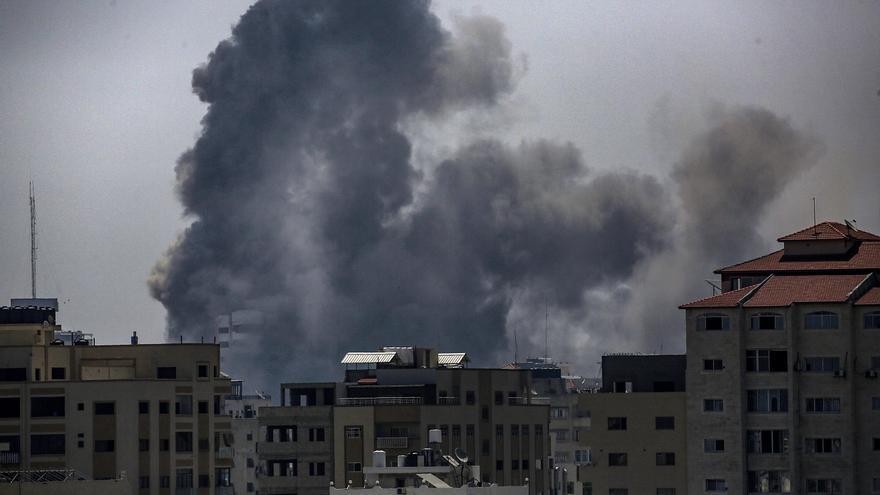 Los bombardeos israelíes han sido de alta intensidad sobre la Franja de Gaza en la madrugada de este lunes. EFE/EPA/HAITHAM IMAD
