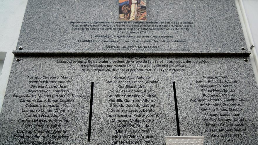 Placa que se colocó en el lugar donde se enterraron en el cementerio los restos tras la excavación