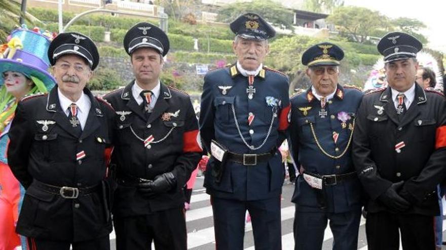 Juanjo Gastañazatorre, a la izquierda, disfrazado de nazi. FOTO: El Correo