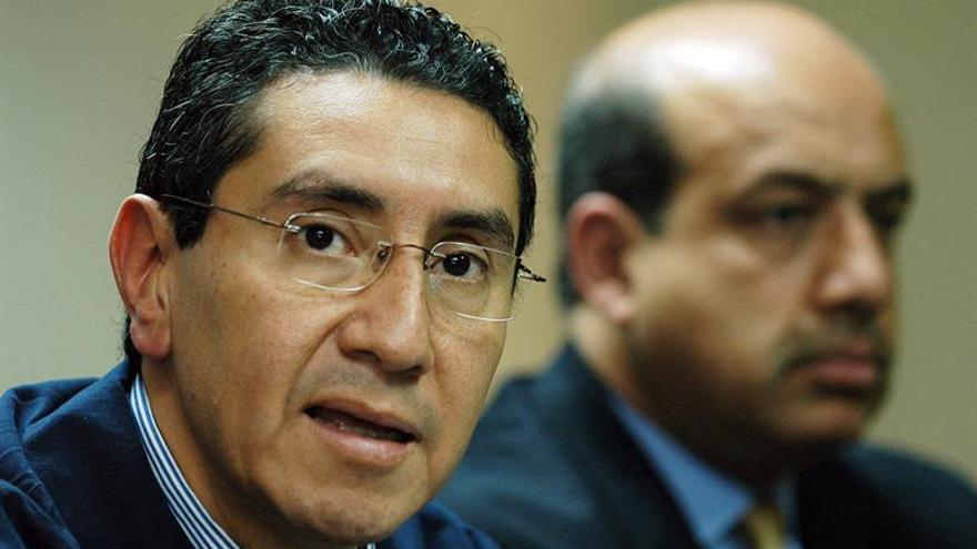 Fotografía tomada en febrero de 2007 en la que se registró al entonces ministro salvadoreño de Seguridad y Justicia, René Figueroa (i), quien fue detenido este miércoles por cargos de corrupción.