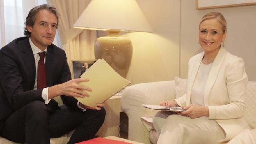 Reunión de Cristina Cifuentes con el ministro de Fomento a finales de 2016. / PP de Madrid