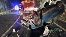 Vehículo volcado  en la carretera de La Grama (Breña Alta), en la noche de este miércoles.